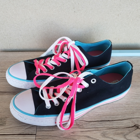 Converse Low Top Black and Pink Laces Size 9M